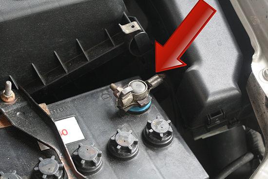 Come staccare la batteria dell'auto