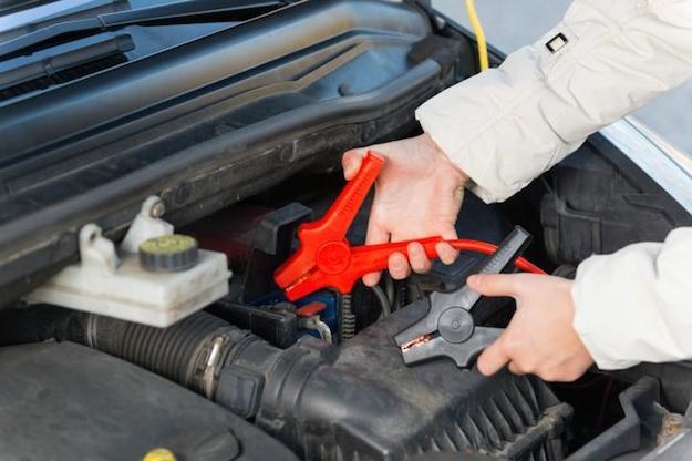 ricaricare batteria auto completamente