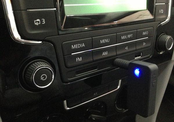 Come faccio a collegare il mio telefono alla mia autoradio
