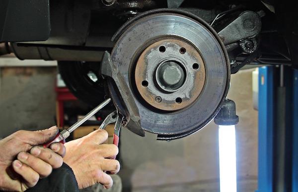 Sostituire pastiglie freni auto quando e costi la tua auto for Quanto costa un garage per una macchina