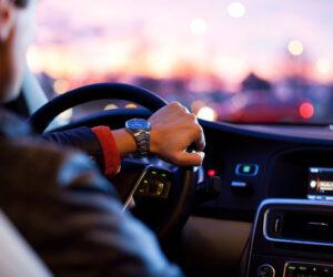 Guidatore al volante